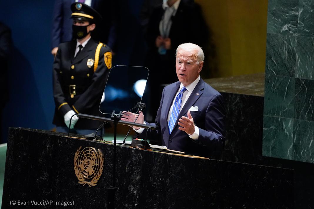 El presidente Biden pronuncia un discurso de pie detrás de un atril (© Evan Vucci/AP Images)