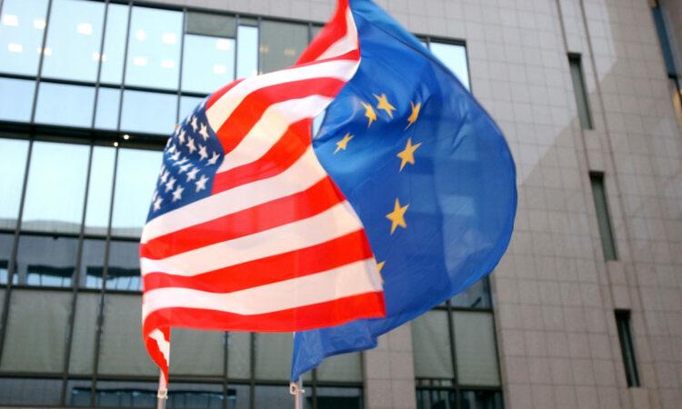 Die Flaggen der USA und der EU wehen nebeneinander vor dem Gebäude des Europäischen Rates in Brüssel (Foto: AP/Virginia Mayo)
