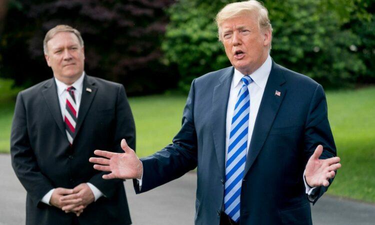 Präsident Donald Trump (rechts) spricht in Begleitung von US-Außenminister Mike Pompeo (links) auf dem South Lawn mit Medienvertretern. (Foto: Andrew Harnik/AP Images)
