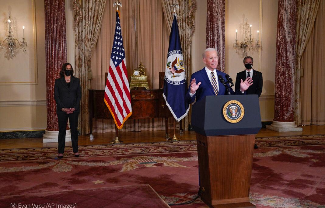 US-Präsident Biden unterstreicht in seiner Rede im US-Außenministerium die Bedeutung internationaler Partnerschaften (Foto: Evan Vucci/AP Images)