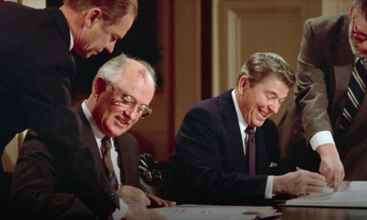 Der sowjetische Generalsekretär Michail Gorbatschow und US-Präsident Ronald Reagan unterzeichnen am 8. Dezember 1987 im Weißen Haus den INF-Vertrag. Er trat im Juni 1988 in Kraft. (Foto: Bettmann/Getty Images)