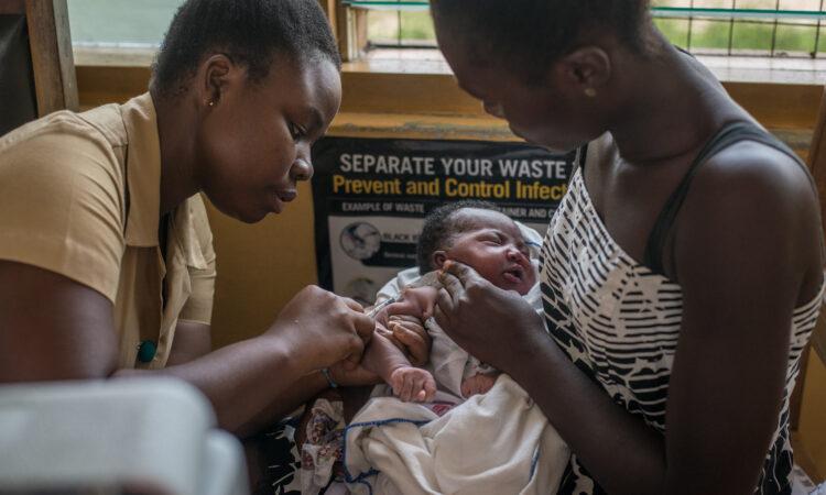 Ein Kind wird in der Ewin Poliklinik in Ghana im Jahr 2019 durch eine Krankenschwester geimpft. Das Krankenhaus war eines der ersten, das die kürzlich von der WHO empfohlene Malaria-Impfung verabreichte. (Foto: Cristina Aldehuela/AFP/Getty Images)