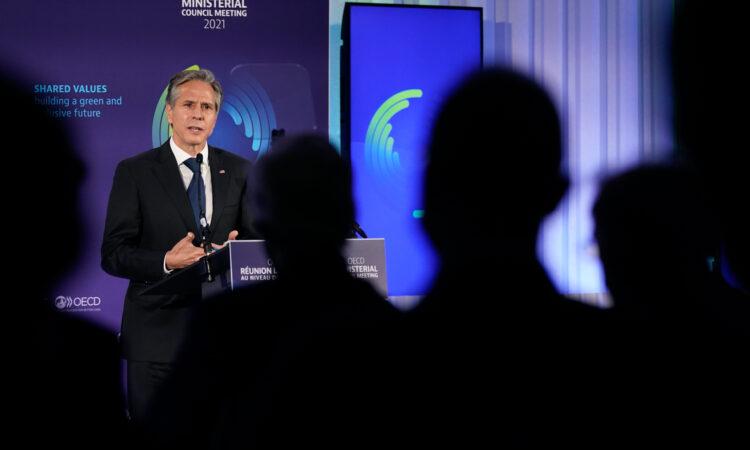 US-Außenminister Antony Blinken bei seiner Rede während des Ministerratstreffens der Organisation für wirtschaftliche Zusammenarbeit und Entwicklung (OECD) am 5. Oktober in Paris. (Foto: Patrick Semansky/AP Images)