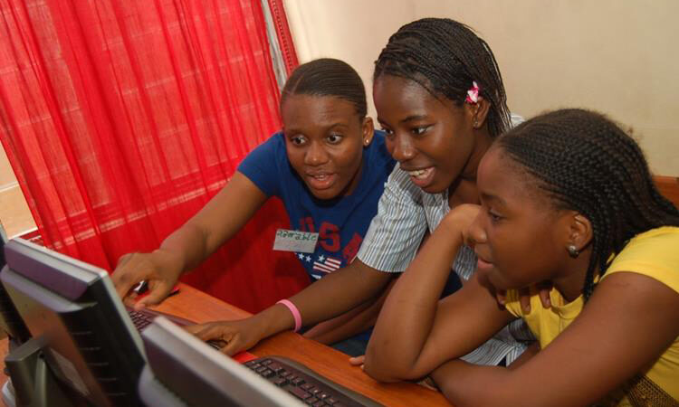 Three girls working on computer (W.TEC/Flickr)