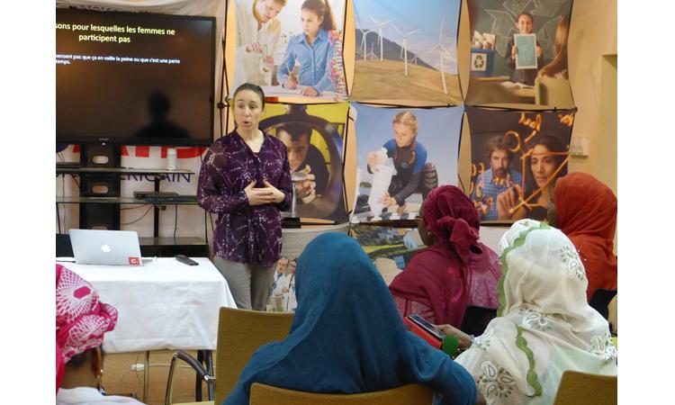 Une femme dans une salle qui s'exprime devant un petit groupe de femmes. (Photo offerte)