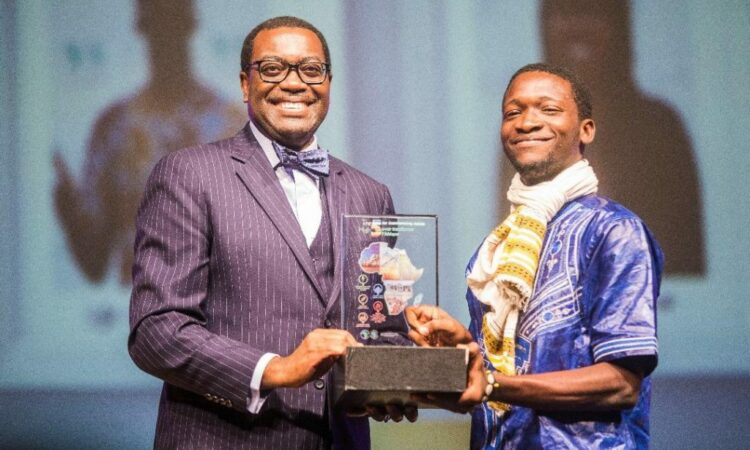 Adesina Akinwumi, president of the African Development Bank, presenting Ayi with the Africa of My Dreams prize in Busan, South Korea