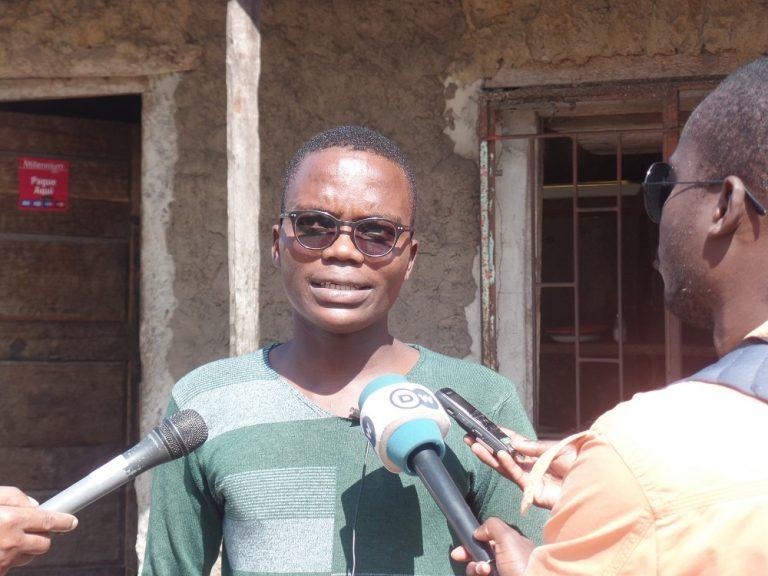 Rogério discussing public service access in the Zambezia Province
