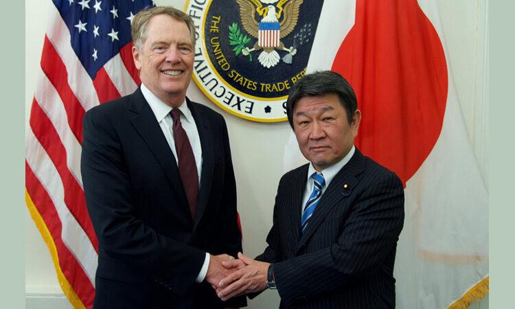 Robert Lighthizer and Minister Toshimitsu Motegi shake hands
